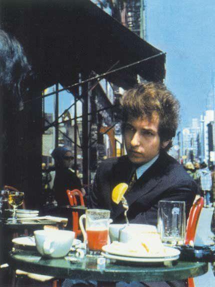 朝食をとるボブ・ディラン
