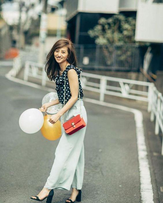赤いバッグを持った堀田茜