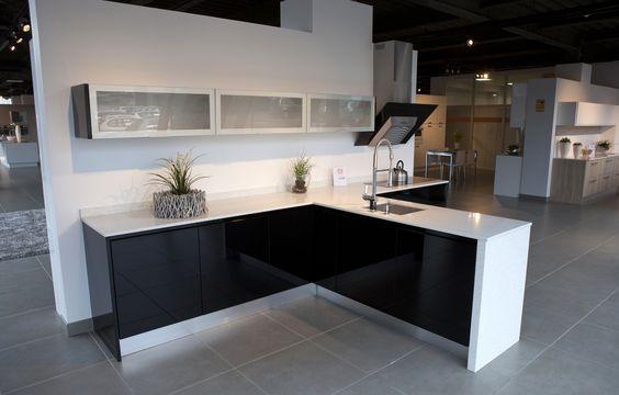 """Modelos de #cocina con puerta """"Croacia laca negro brillo"""" combinado con vitrinas de aluminio de Cocinas.com. #muebles #kitchen #muebles #design"""