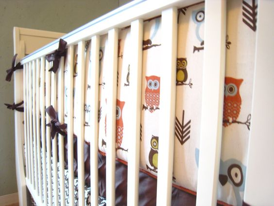 Easy to understand crib bumper tutorial with piping.