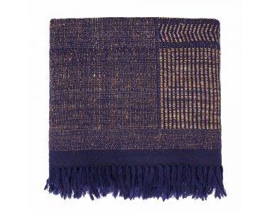 Beste Seide und stabilisierende Wolle machen die Qualität unserer Seidendecke Sarni aus. Von Hand in Korbbindung verarbeitet, besitzt die Decke unebene Streifen, die für eine leichte Haptik und neuen Glanz in Ihrem Zuhause sorgen. Ob auf dem Bett oder der Couch, Sarni sieht überall gut aus. Kombinieren Sie auch das passende Kissen aus der gleichen Kollektion.