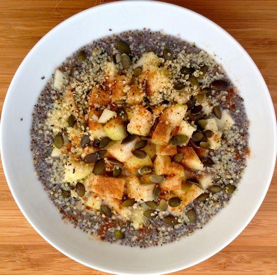 Es un desayuno bajo en histamina que sabe delicioso gracias a la leche de arroz y coco y la canela. Además, con la chía y las semillas de cáñamo aportamos muchos ácidos grasos omega y muchísima energía para toda la mañana.