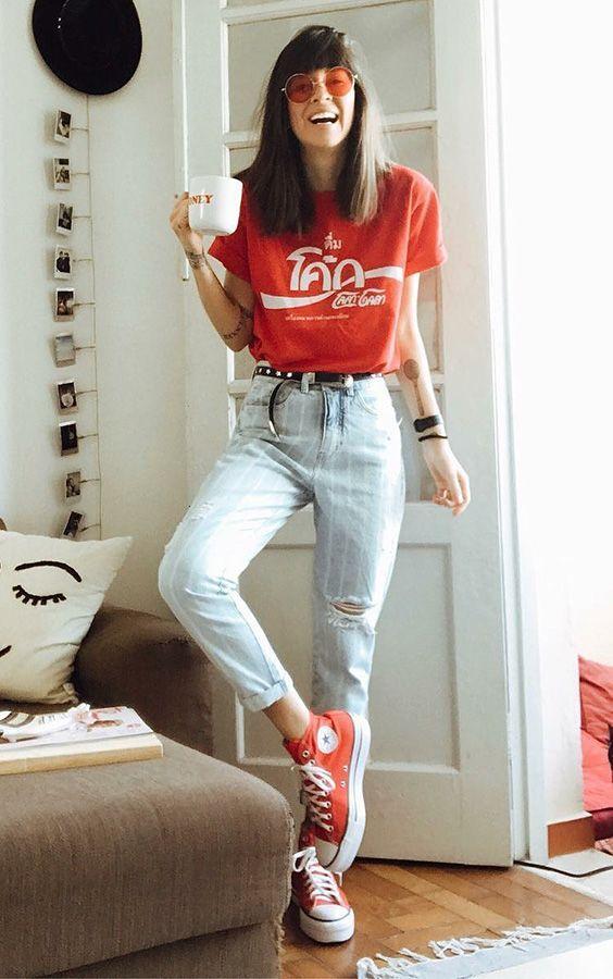 Camiseta vermelha, calça jeans, converse all star vermelho e óculos de sol colorido. - look estiloso - look básico - look com tênis - look com all star - moda feminina - calça jeans