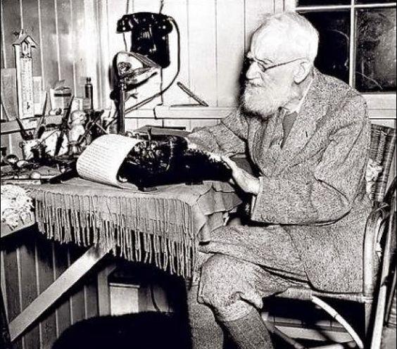 En un escritorio mínimo y con máquina de escribir, George Bernard Shaw.