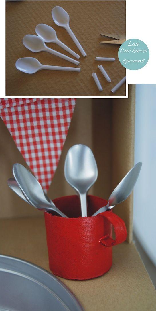 Cucharas para cocinita de juguete con matriales reciclados.: