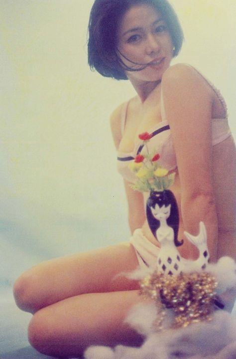 ラインの入った白い下着を着て座っているひし美ゆり子の画像