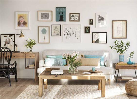 Sal n con composici n de cuadros e ilustraciones en la - Decoracion de interiores con cuadros ...
