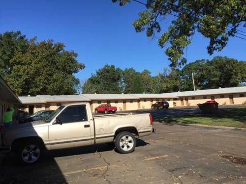Hollywood Motel Crossett (Arkansas) Featuring free WiFi and a barbecue, Hollywood Motel offers pet-friendly accommodation in Crossett. Free private parking is available on site.  Every room at this motel is air conditioned and is equipped with a flat-screen TV.