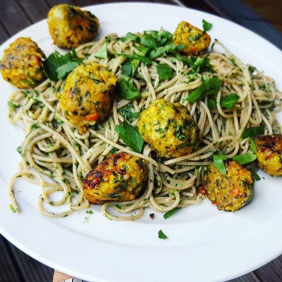 Kleine stärkung bevor ich nach köln losfliege. #spaghetti mit #spinatcreme und curry-reisbällchen. Die nächsten tage gibts wieder nur essen unterwegsich bevorzuge meinen eigenen foodporn aber reisen ist teil meiner berufung haha   #vegan #meatballs  #italian #küche #kitchen #pizza #pasta #cucina #steinofen #nudeln #spaghetti #tagliatelle #kochbuch #buch #bestseller #vegan #veganitalianstyle #italianstyle #style #cooking #recipe #recipeoftheday #vegansofig #foodporn #food #foodie…