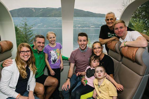 """Bild: Helden unter sich an Bord des Rocky Mountaineer, ©Rocky Mountaineer  Rocky Mountaineer ehrt Helden des Alltags: http://reisegezwitscher.de/reisethemen/2150-life-changing-train #kanada #organspende #ehrung #RockyMountains  Der kanadische Luxuszug Rocky Mountaineer sagt solchen Helden des Alltags im Rahmen seines 2013 ins Leben gerufenen Programms Life Changing Train for Heroes """"Danke"""" – und lädt sie auf eine unvergessliche Reise durch die kanadischen Rocky Mountains ein."""