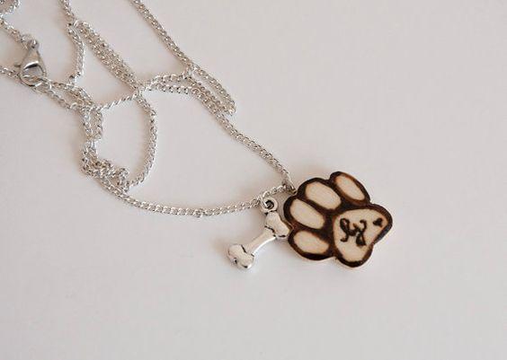 Halskette mit Hundetatze mit Anfangsbuchstaben von SilviaWithLove