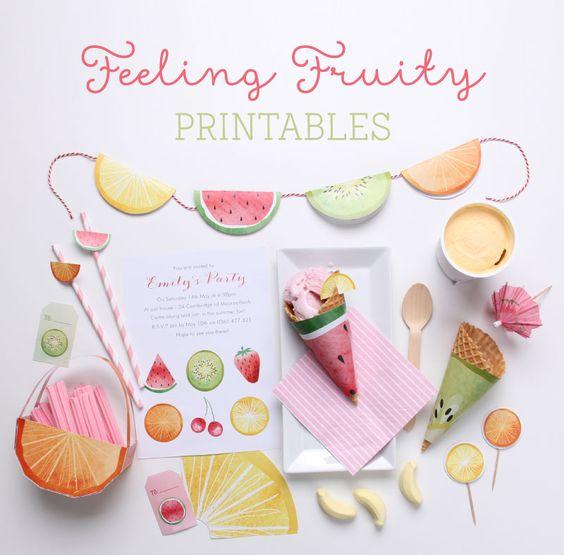 Kit de imprimibles gratuitos inspirados en frutas de verano // Free Feeling Fruity Printable Party Toppers & Tags | Tinyme Blog