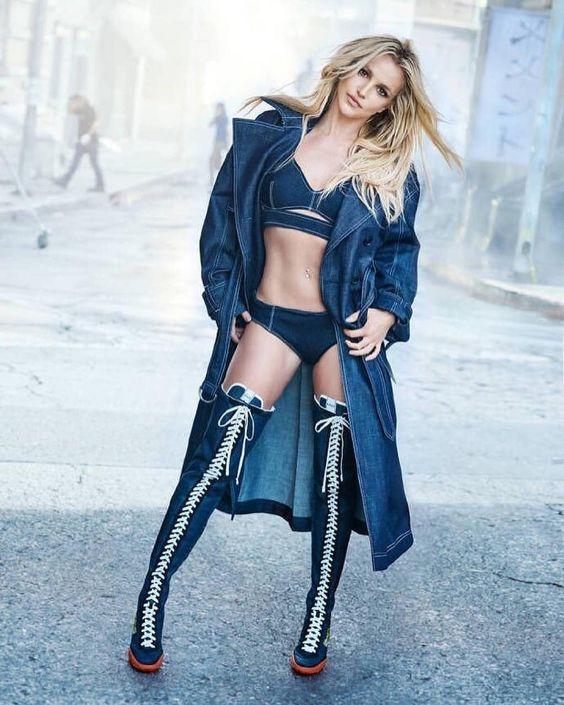 👑 Campanha: #BritneySpears é a estrela da nova campanha da @kenzo, clicada por @therealpeterlindbergh em Paris! A coleção é um tributo à primeira linha de jeans da marca, lançada em 1986, e nesse mood nostálgico traz de volta também a icônica estampa Bamboo Tiger!
