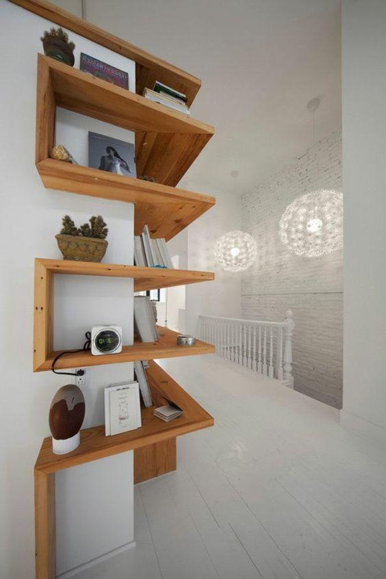 étagères d'angle en bois clair pour les murs