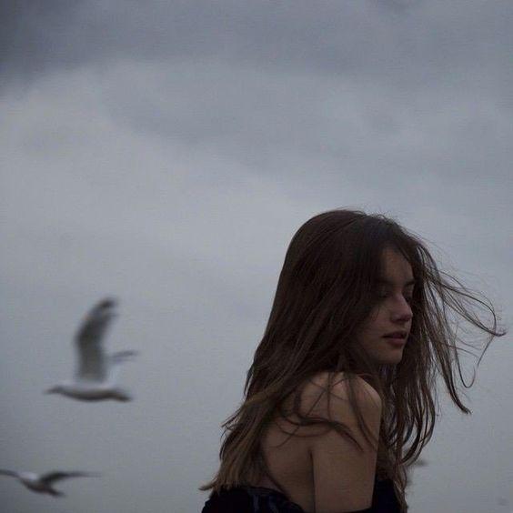 """"""" Eu vejo o caos se formando e só penso em voar para longe e me proteger. Eu gosto do caos, mas alguns são perigosos e deprimentes. """""""