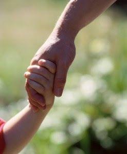 Resultado de imagem para criança de mão dada ao pai