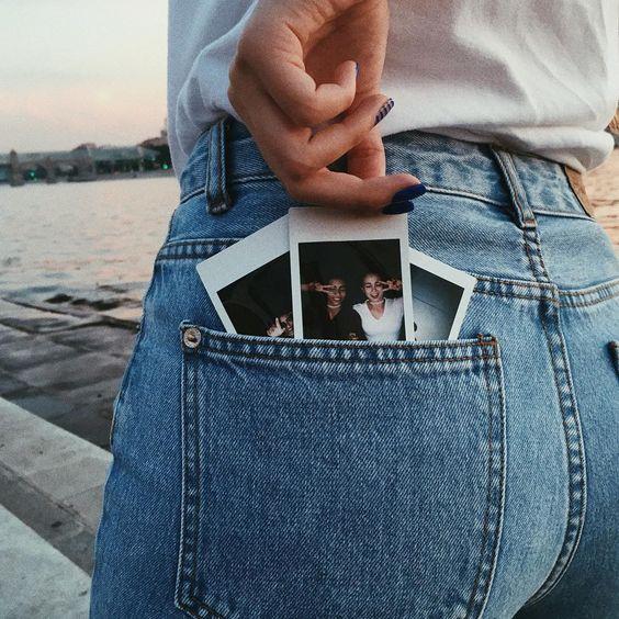 Miga,pega aquelas fotinhas de voce sozinha ou com amigos ou até com sua familia :) Encaixa elas no bolso daquela calça que voce acha que parece um pouco com a da foto e TIRA essa foto ... É linda e super tumblr