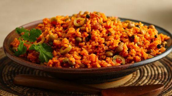 Goza de este arroz hecho con tocino y gandules- una perfecta guarnición.
