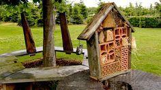 Für kleine nützliche Insekten wird es immer schwieriger, einen geeigneten Lebensraum zu finden. Gärtner Rasch zeigt, wie man ein Fünf-Sterne-Insektenhotel für sie schafft.