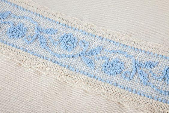 Coppia di tende in lino con applicazione manuale del motivo roselline. Disponibile in due misure: Corte 65 X 150 cm, Lunghe 65 X 240 cm. Su richiesta disponibil