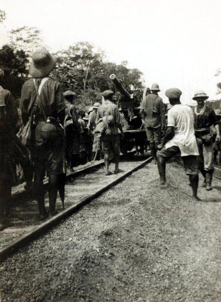 Acarreando armamento por las vías del tren. 1914