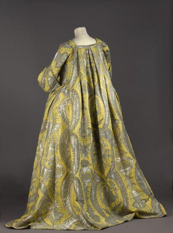 Robe volante en lampas jaune citron tramé de fils d'argent et de soie verte, vers 1730. Palais Galliera. Officially considered one of the only 4 left robes volantes in the world.