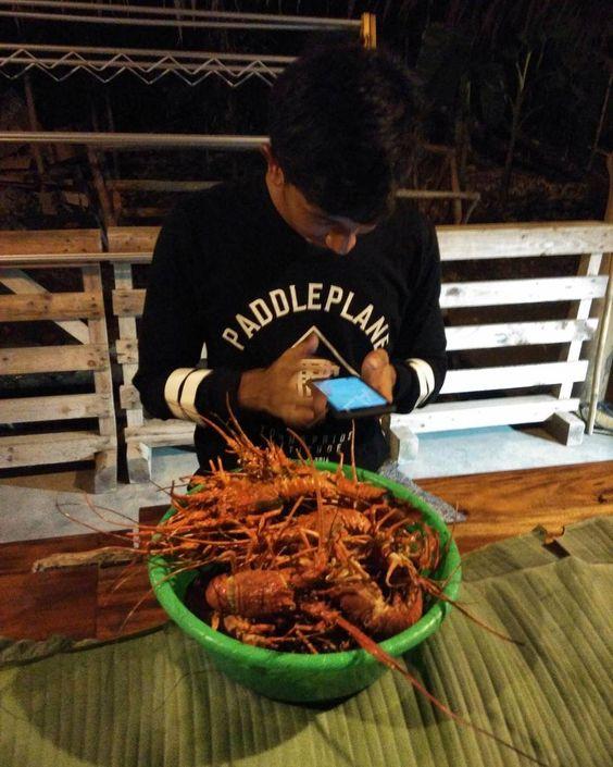 Aneh itu adalah lebih memilih maen #hp dari pada sajian #lobster sebaskom yang udah siap santap  #seafood #barbeque #dinner #dinnertime