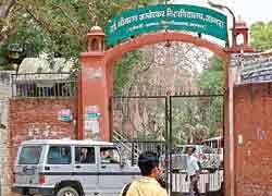 Agra:  डॉ. बीआर अंबेडकर यूनिवर्सिटी में 2013 सेशन के एग्जाम राम भरोसे चल रहे हैं. यूनिवर्सिटी के सभी कोर्सेस के मिलाकर दो लाख से अधिक स्टूडेंट्स एग्जाम दे रहे हैं. इन्हें एग्जाम दिलाने के लिए यूनिवर�...