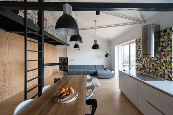 Mais um daqueles lofts industriais incríveis com vigas e iluminação aparente, bastante madeira, ferro e metal