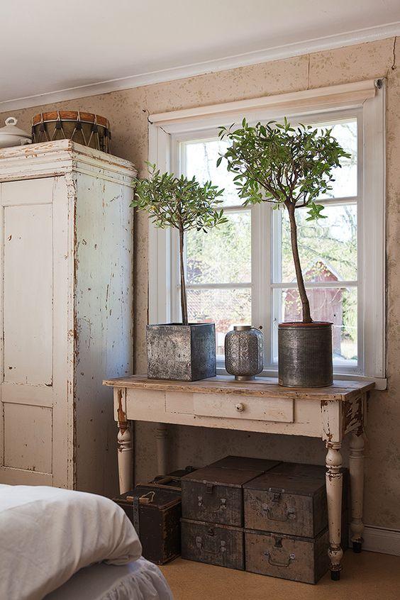 brocante: vergelijkbare oude brocante tafels, emaille en zinken emmers, kasten, kisten e.d. in landelijke stijl zijn te koop bij www.old-basics.nl (webshop & grote winkel).