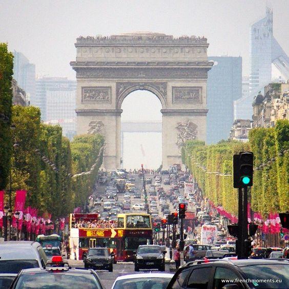 A busy day in the Champs-Élysées... / Un jour chargé aux Champs-Élysées... http://www.frenchmoments.eu/avenue-des-champs-elysees-paris/
