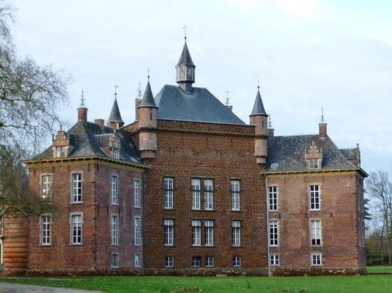 Château de Mérode-Westerloo, Belgique. Le château remonte au début du XIVe siècle où la famille Wesemaels fait ériger un donjon en pierre bleue. Passé entre les mains des Merodes, vers 1361, il connaît peu à peu des agrandissements et transformations: aménagement de la cour et du portail au XVIe, construction de nouvelles ailes, ajout du parc et décoration intérieure au XVIIIe siècle. Depuis 2006, le Château de Westerlo est sous la responsabilité du Prince Simon de Merode