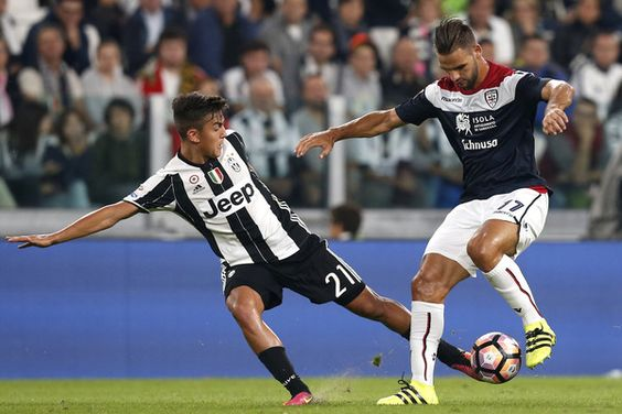 Juventus' Argentinian forward Paulo Dybala (L) vies with Cagliari's Brazilian forward Diego Farias during the Italian Serie A football match between Juventus and Cagliari on September 21, 2016 at Juventus Stadium in Turin.  / AFP / MARCO BERTORELLO