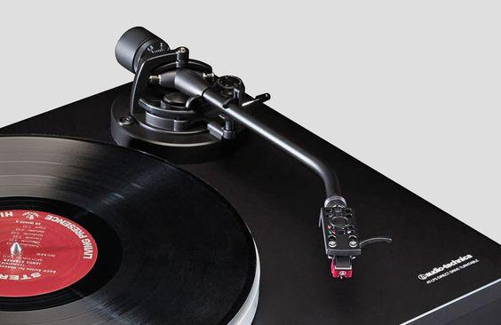 Mit demneuen AT-LP5 bringtAudio Technica einendirektangetriebenenHiFi-Plattenspieler auf den Markt, derdurch seinen soliden Aufbau und dasdiskrete Erscheinungsbild punktensoll. Auffälligstes Merkmal des neuen Audio Technica AT-LP5 scheint zunächst seine Antriebsart zu sein: Direktgetriebene Plattenspieler waren zuletzt fast nurunter den DJ-Geräte zu finden … Weiterlesen