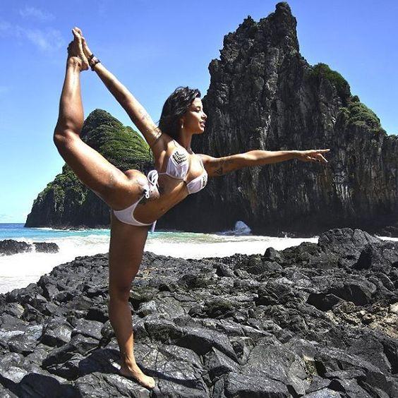 Aline Riscado mostra flexibilidade em viagem a Fernando de Noronha