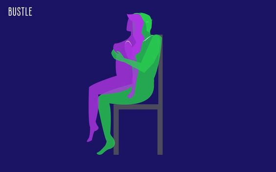 Sentado en una silla  A los que les gusta inventar y no quedarse en la cama. Aquí se sientan en una silla resistente,  ella se sienta en él lentamente para controlar la penetración. Puede moverse hacia arriba y hacia abajo lentamente. Ella tiene el control total. Funciona al ponerla a ella a cargo del ritmo y la profundidad.  No hay que dejar de lado los juegos previos y saber que no es una carrera. Lo importante es que los dos disfruten y siempre variar es una de las recetas perfectas.
