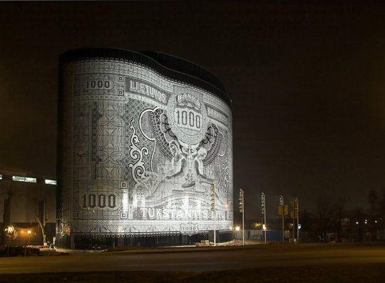 ДОМ-БАНКНОТА в Литве. Здание с фасадом как банкнота, Office Center 1000, открыло свои двери в 2008 году в Каунасе, Литва. В этом здании помещения арендуют два крупных литовских банка. Для этих компаний фасад здания стал своего рода рекламой деятельности банков. Фасад оформлен 4500 плитками стекла разной формы и размера, изготовленных в Голландии. В качестве рисунка выступает купюра в 1000 лит образца 1926 года.