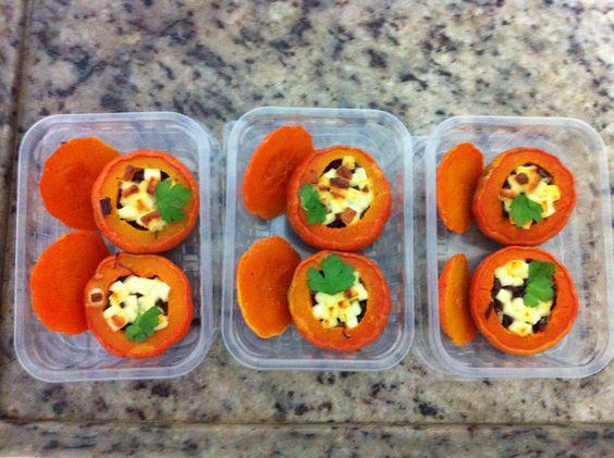 Mini morangas recheadas com carne seca, queijo coalho e manteiga de garrafa.