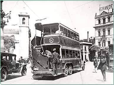 Foto de um onibus Chope Duplo, batizado assim pela população, no Largo da Lapa, Rio de Janeiro, em 1926.