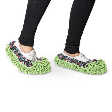 Twee vliegen...in één klap: warme voeten en een schone vloer. Deze stoffers doe je namelijk om je voeten en al lopend door het huis maak je schoon!