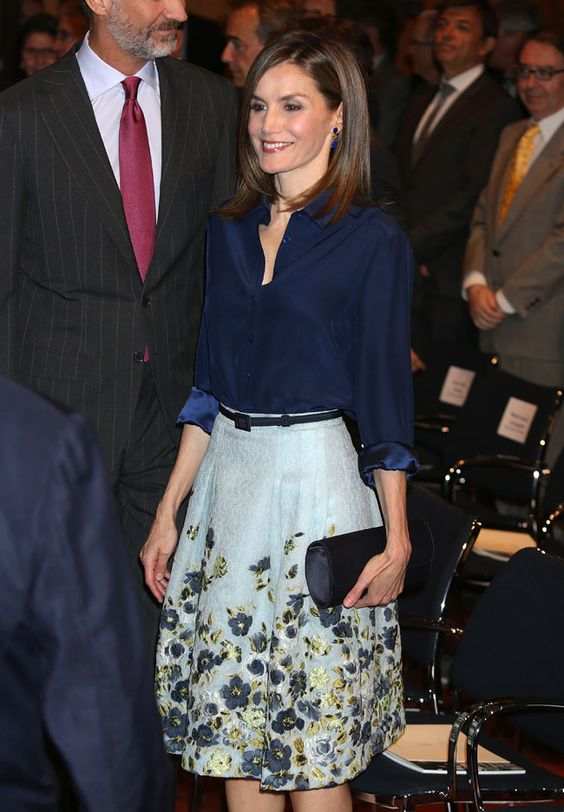 Doña Letizia eligió para la ocasión un conjunto dos piezas compuesto por blusa de tafetán en azul cobalto y falda acampanada de seda con bordados florales de Carolina Herrera New York. 08.09.2016