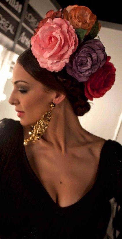 Espectacular tocado de flores.  Spain.    -->Elsie RC