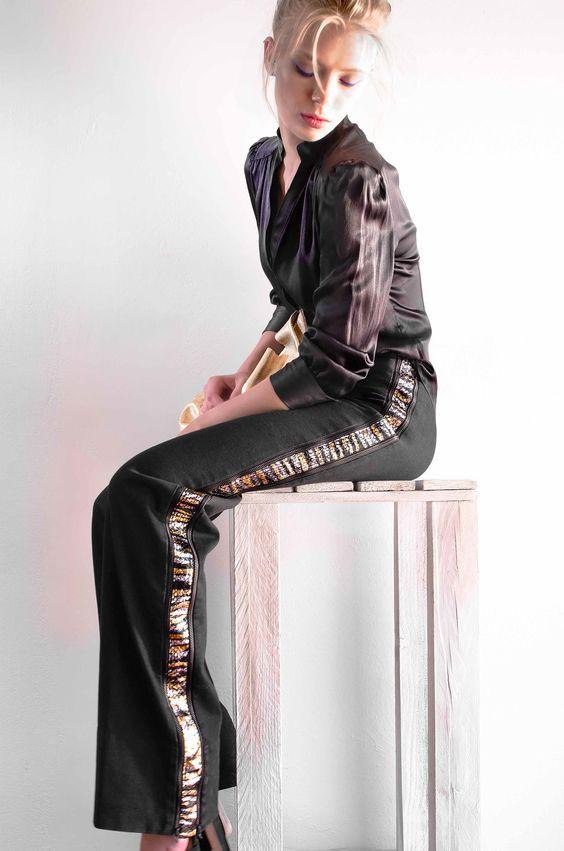 Il nero invade gli abiti e gli accessori, ma per smorzare i toni concesse applicazioni preziose, decori brillanti e mix di tessuti e pellami. David con Groupie elaphe metallic, serpente.