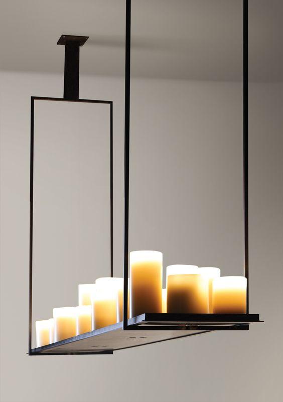Suspension de Kevin Reilly, avec de fausses bougies électrifiées et une structure en métal noir.