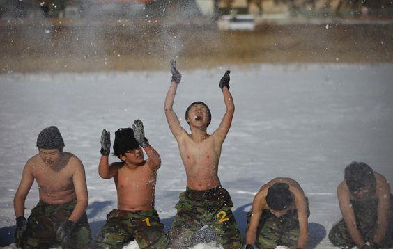 Studenti in un campo d'addestramento militare ad Ansan, vicino a Seoul, in Corea del Sud. (Kim Hong-Ji, Reuters/Contrasto)