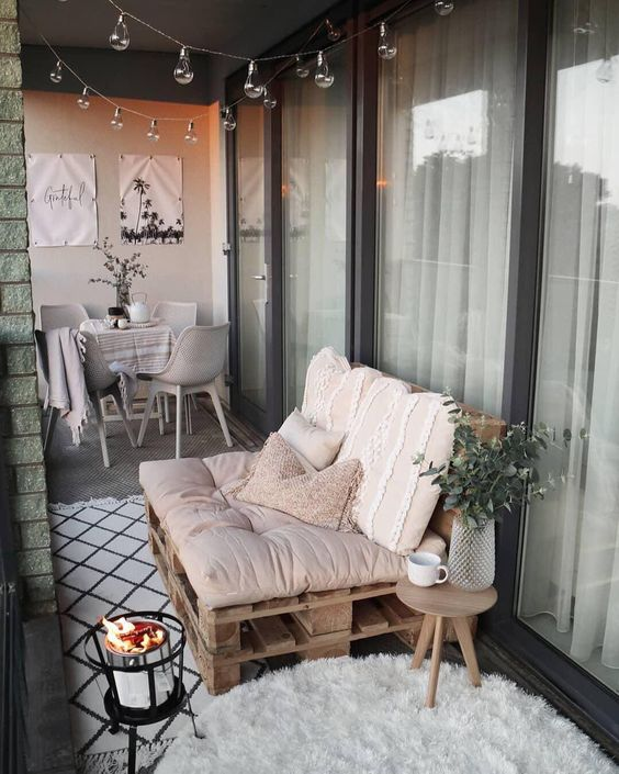 È tempo di decorare la terrazza. Tutti noi sogniamo un grande giardino, ma anche contesti più piccoli, come balconi e terrazzi possono regalare, se ben progettati, delle piccole oasi di benessere e relax ricche di atmosfera. Divani pallet, piante, poltrone e piccoli dettagli trasformano i tuoi esterni! 📸 @lifeofsy // Idee Casa Privacy Stretto Arredo Piante Fai Da Te DIY Moderno Estate Primavera Poltrona Amaca Tetto #balcone