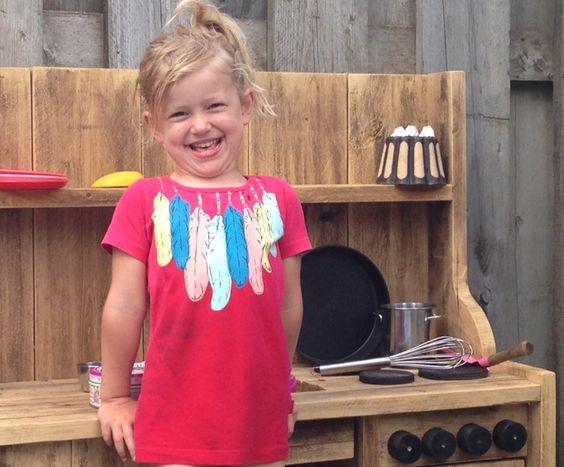 Een steigerhouten kinderkeukentje van Noesst met bloemetjes soep, die Robine en Elise ijverig koken, zo blij zijn ze ermee! http://www.mamsatwork.nl/2016/06/13/steigerhouten-kinderkeukentje-noesst/