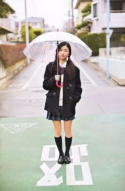 傘をさす佐々木琴子