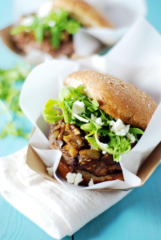 Diese köstlichen Ziegenkäse gefüllte Burger gekrönt mit sautierten Pilzen, Ziegenkäse und Rucola mit Balsamico gekleidet.