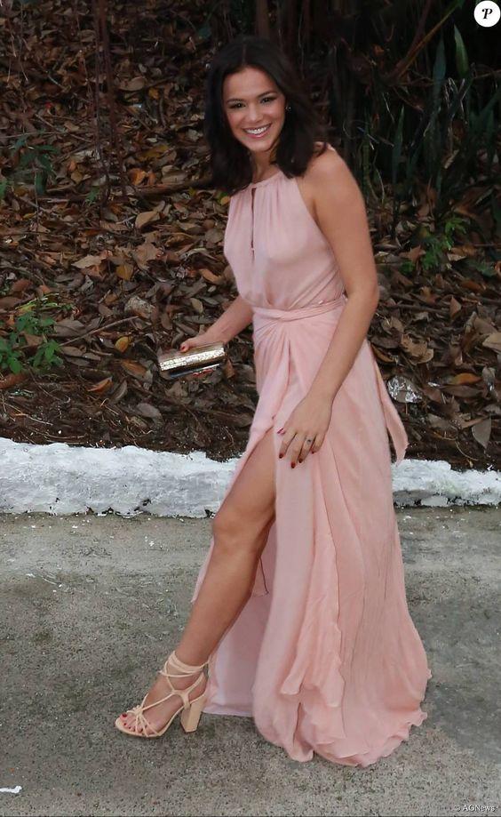 Bruna Marquezine apostou na fenda do vestido de Cris Barros, joias Jack Vartanian e sandálias Schutz para ir ao casamento de Sophie Charlotte e Daniel de Oliveira